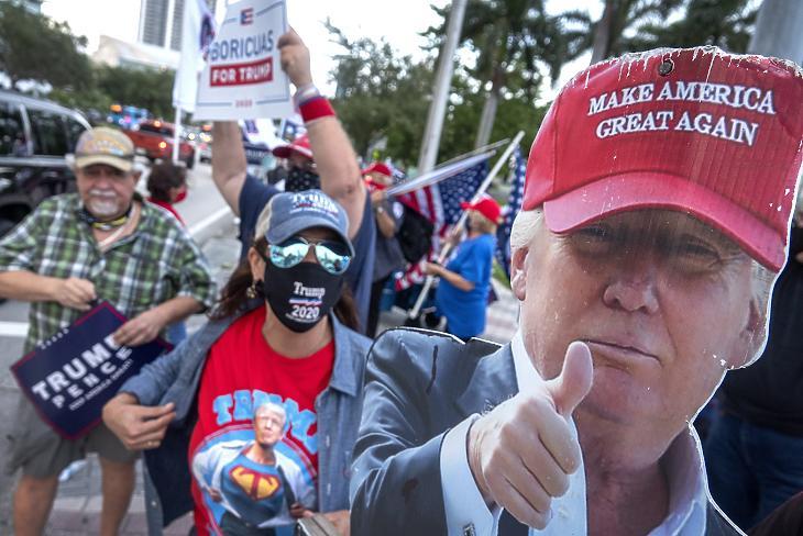 Az újraválasztásáét induló Donald Trump amerikai elnök támogatói Joe Bidennek, a Demokrata Párt elnökjelöltjének a kampányrendezvényén, Miamiban 2020. október 5-én. (Fotó: MTI/EPA/Cristobal Herrera)