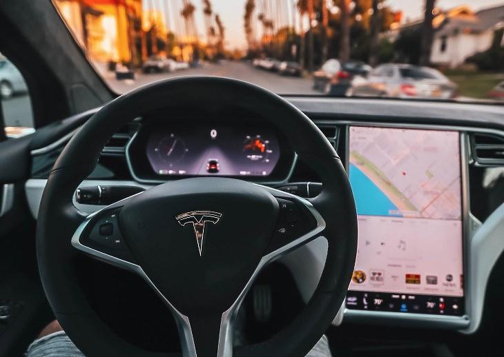 Tesla-belső (Unsplash.com)