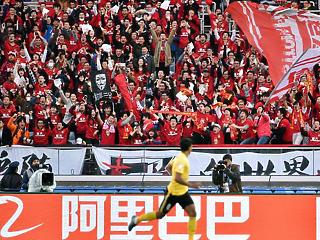 A világ legnagyobb focilufiját fújták, most kidurrantják