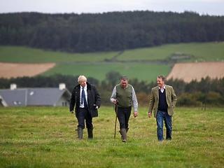 A nap képe: hatalmas marhával barátkozott Boris Johnson