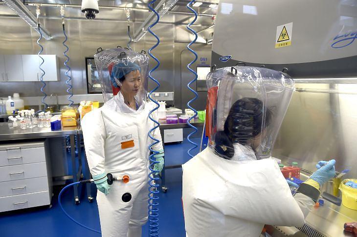 Kutatók a Vuhani Virológiai Intézetben (archív). EPA/SHEPHERD HOU