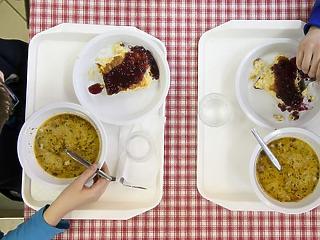 Eltették a sószórót, eltűntek a szörpök: mit esznek a gyerekek az iskolai menzán?
