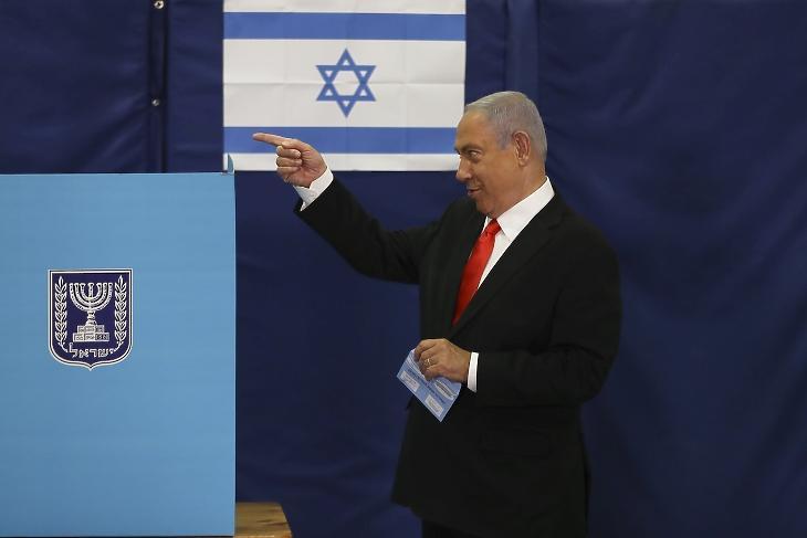 Benjámin Netanjahu izraeli miniszterelnök leadja szavazatát az izraeli parlamenti választásokon Jeruzsálemben 2021. március 23-án. A két éven belül negyedszer megrendezett választások tétje, hogy a Netanjahu kormányfőt támogató vallásos-jobboldali tömb, vagy az újraválasztását ellenzők tábora szerzi-e meg a kneszet 120 helyének kormányzáshoz szükséges többségét, vagyis legalább 61 mandátumot. MTI/AP/Pool/Ronen Zvulun