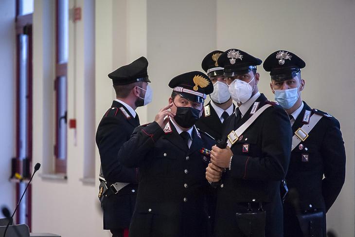 A védőmaszkot viselő csendőrök, carabinierik az olaszországi szervezett bűnözés története második legnagyobb perének otthont adó különleges bunkerben, a dél-olaszországi Lamezia Termében 2021. január 13-án. (Fotó: MTI/AP/LaPresse/Valeria Ferraro)