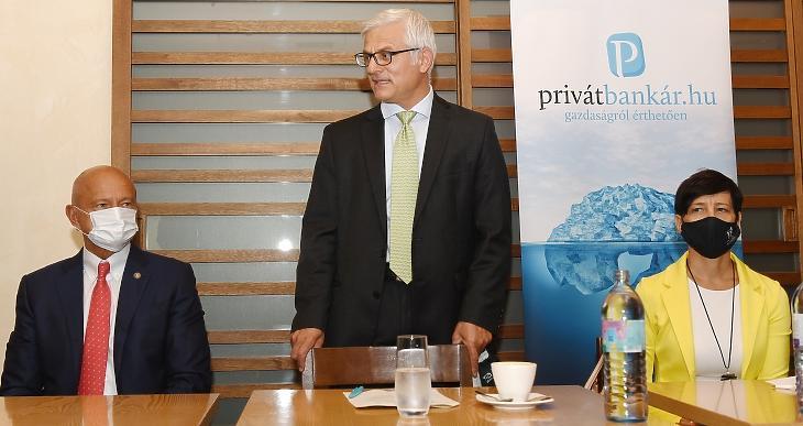 Jelasity Radován, az Erste Bank elnök-vezérigazgatója beszél - balra Patai Mihály, az MNB alelnöke, jobbra Sinkáné dr. Csendes Ágnes, a Nemzeti Adó- és Vámhivatal (NAV) adóügyi szakfőigazgatója. Fotó: Bánkuti András