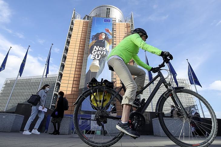 Gigantikus projekt: a Helyreállítási Alap plakátja az Európai Bizottság épületének falán Brüsszelben. EPA/OLIVIER HOSLET