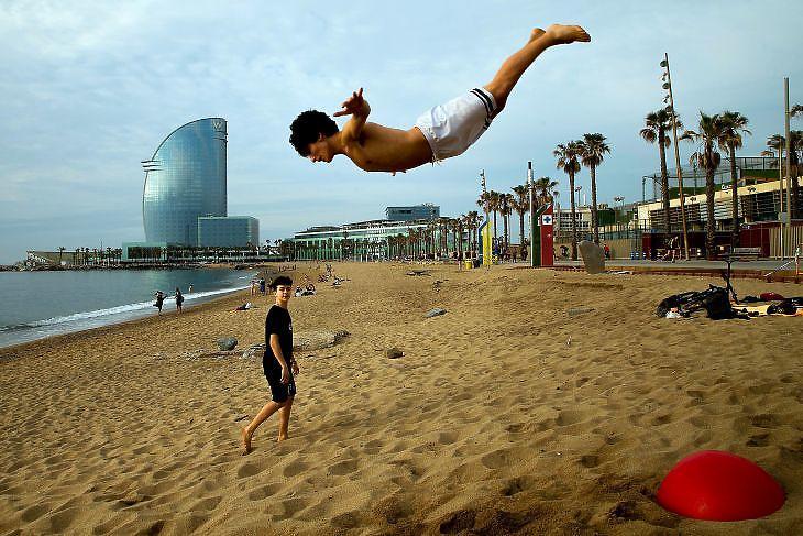 Strandolók Barcelonában 2020. május 25-én. EPA/Enric Fontcuberta