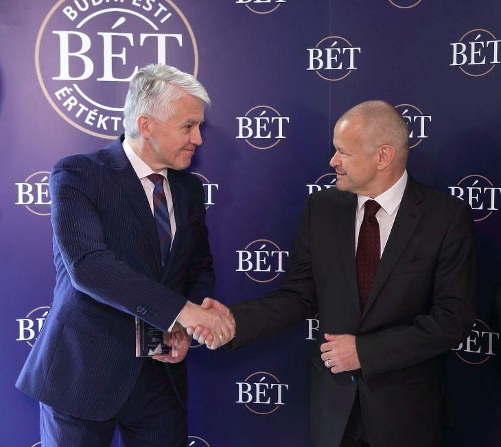 Az NBB kötvényaukció keretében mintegy 2,47 millió darab, intézményi befektetőket célzó, forintalapú kötvényt bocsátott ki. Jozef Kollar első alelnök, a Nemzetközi Beruházási Bank igazgatóságának tagja és Gion Gábor, a Pénzügyminisztérium pénzügyekért felelős államtitkára az NBB tőzsdei kötvénykibocsátásán. Fotó: PM