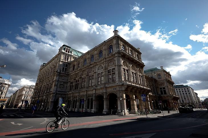 Kiderült az ég. Biciklis a Bécsi Állami Operaház előtt 2021. március 12-én. EPA/CHRISTIAN BRUNA