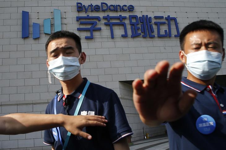 Biztonsági őrök akadályozzák a sajtósok munkáját a TikTok kínai videomegosztót tulajdonló ByteDance vállalat pekingi központja előtt 2020. augusztus 3-án. MTI/EPA/Vu Hong