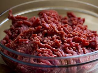 Évekig hordták a romlott húst a határba – most lefülelték őket