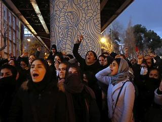 Rohamrendőrök Teherán utcáin: megint tüntetnek a lelőtt repülő miatt
