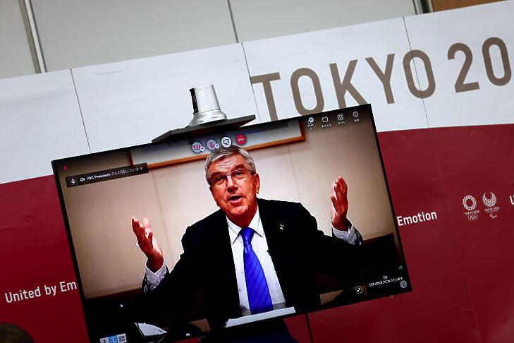 Thomas Bach, a NOB elnöke videokonferencia keretében tanácskozik a tokiói bizottság elnökével. (Fotó: MTI/AP Pool/Behrouz Mehri)