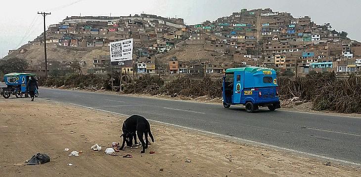 A város pereme Limában. Szemét, aszály, por, a meredek hegyoldalra szoruló nyomornegyed, filléres mototaxik, mint alapvető közlekedési eszköz.