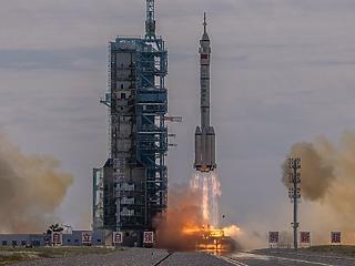 Kína űrtörténelmet ír: három űrhajóst indítottak ma útnak