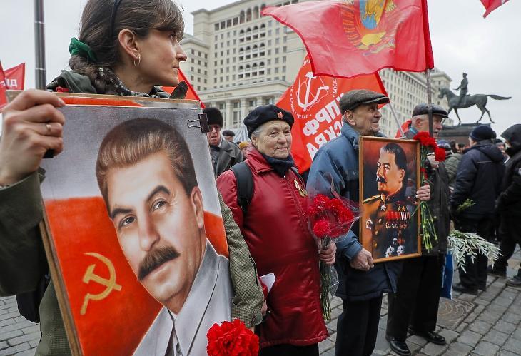 Orosz kommunisták megemlékezése Sztálin halálának 67. évfordulóján 2020. május 5-én. Fotó: EPA / Sergei Ilnitsky