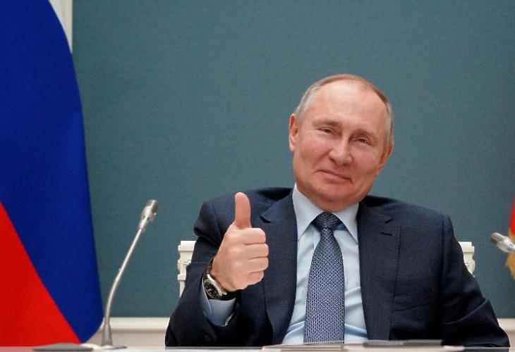 Putyin elégedett (Fotó: MTI/AP/Szputnyik/Alekszej Druzsinyin)