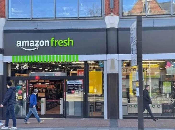 Az Amazon-üzlet bejárata Londonban (fotó: businessinsider.com)