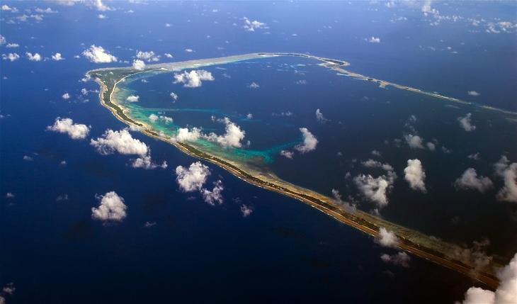 A Marshall-szigetek csak 180 centire emelkednek a tengerszint fölé, így különösen nagy veszélybe kerültek a klímaváltozás miatt. A fotón a Majuro atoll látható. (Forrás: Wikipedia/Christopher Michel/ https://upload.wikimedia.org/wikipedia/commons/d/d7/JJ7V2741_%2840325750%29.jpg)