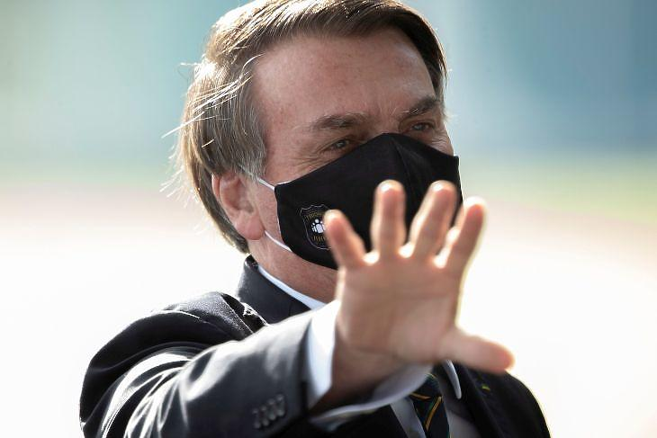 Jair Bolsonaro védőmaszkban elnöki rezidenciájánál Brazíliavárosban 2020. május 26-án. EPA/JOEDSON ALVES