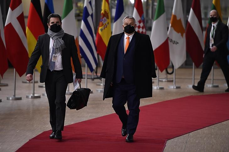 Berúgta az ajtót: Orbán Viktor érkezik az EU-csúcsra Brüsszelben 2020. december 10-én. EPA/JOHN THYS / POOL
