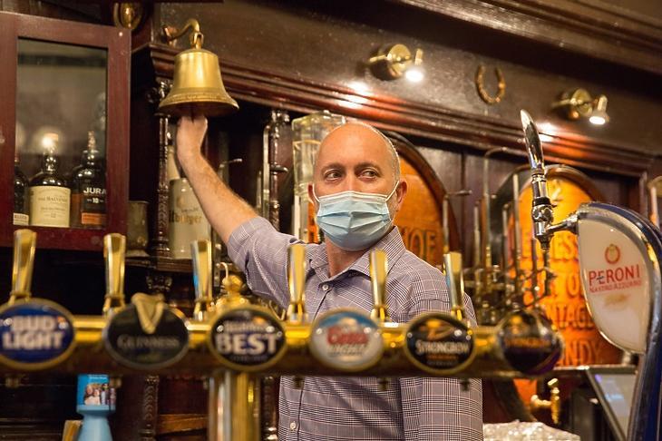Michael Rogerson, a glasgowi Horseshoe Bar menedzsere 2020. október 9-én. Skócia egyes részein október 25-ig bezárták a pubokat, és hasonló korlátozás jöhet egyes angol térségekben is. EPA/ROBERT PERRY