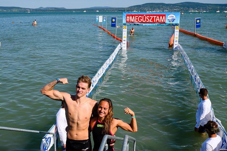 A 2020-as Balaton-átúszás győztesei: Rasovszky Kristóf és Olasz Anna. MTI/Vasvári Tamás