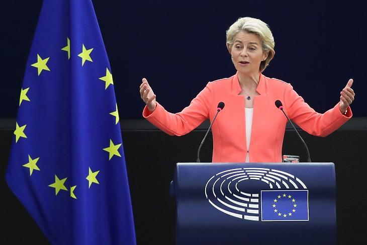 Aggasztó fejleményekről is beszélt : Ursula von der Leyen mai fellépése közben az Európai Parlamentben. (EPA/YVES HERMAN)
