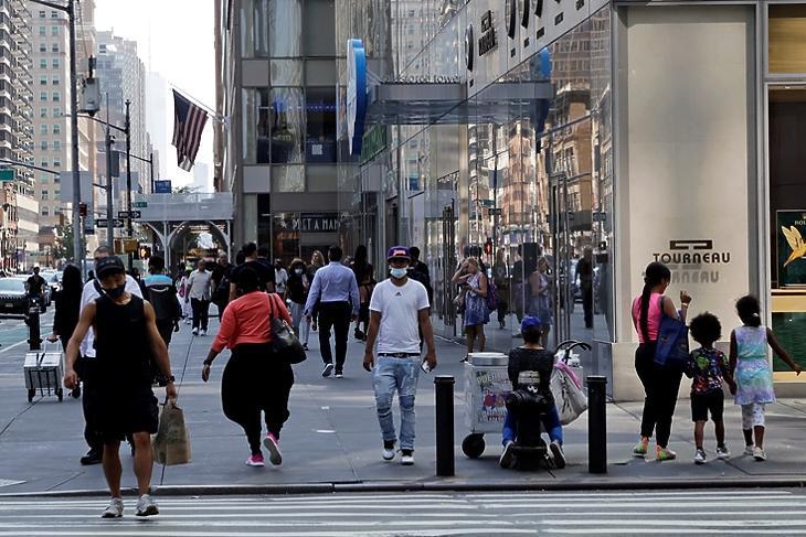 Még tarkább: járókelők New Yorkban 2021. augusztus 12-én. EPA/JASON SZENES