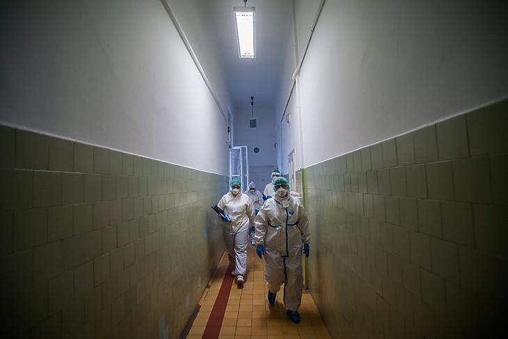 Védőfelszerelést viselő orvosok a budapesti Szent János Kórház koronavírusos betegeket ellátó intenzív osztályának folyosóján 2020. december 9-én. EPA/Balogh Zoltán