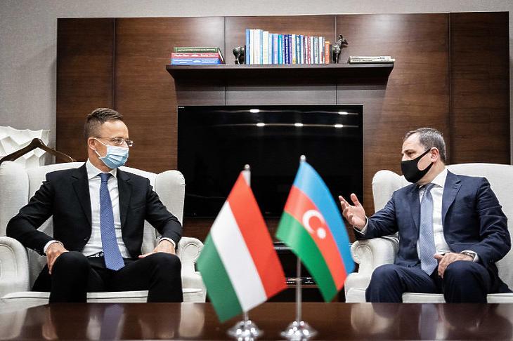 A Külgazdasági és Külügyminisztérium (KKM) által közreadott képen Szijjártó Péter külgazdasági és külügyminiszter (b) találkozója Jeyhun Bayramov azeri külügyminiszterrel a bakui repülőtéren 2020. július 17-én (Forrás: MTI/KKM/KKM/Borsos Mátyás)