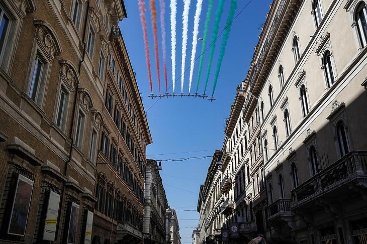 Az olasz légierő Frecce Tricolori nevű akrobatacsoportja repül formációban a fasiszta uralom alóli felszabadulás 75. évfordulója alkalmából rendezett megemlékezésen Rómában 2020. április 25-én. MTI/EPA/ANSA/Giuseppe Lami