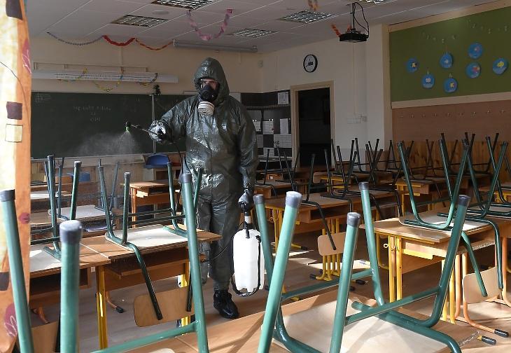 Ez nem lesz elég: a székesfehérvári vegyvédelmi zászlóalj katonája fertőtleníti az egyik osztálytermet a soroksári Török Flóris Általános Iskolában 2020. október 28-án. MTI/Kovács Tamás
