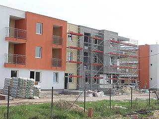 A lakásépítés víz fölött tartja az építőipart