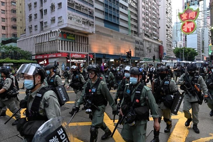 Rohamrendőrők érkeznek a demokrácia párti tüntetés feloszlatására Hongkongban 2020. július elsején.  EPA/MIGUEL CANDELA