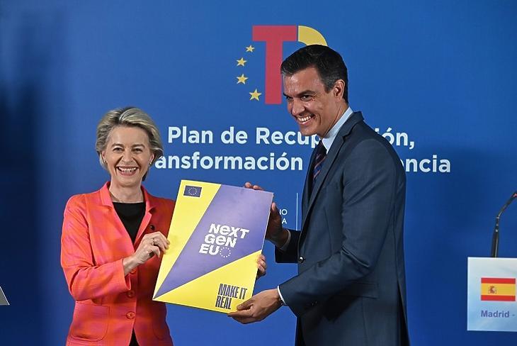 A spanyolok már örülhetnek: Ursula von der Leyen, az Európai Bizottság elnöke és Pedro Sánchez spanyol miniszterelnök közösen ünnepelték a spanyol terv jóváhagyását Madridban 2021. június 16-án. EPA/FERNANDO VILLAR