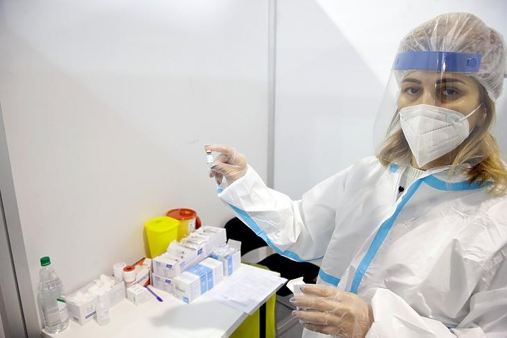Egy egészségügyi dolgozó készíti elő a Sinopharm vakcináját egy belgrádi oltóközpontban  2021. január 19-én. EPA/ANDREJ CUKIC