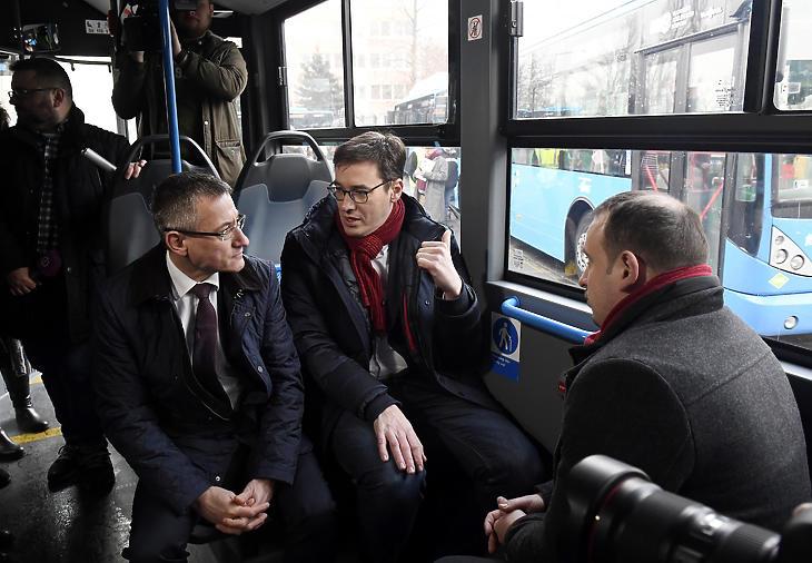 Bolla Tibor, a BKV Zrt. elnök-vezérigazgatója (b) és Karácsony Gergely főpolgármester a társaság új Mercedes-Benz Conecto Next Generation típusú autóbuszainak forgalomba állítása alkalmából tartott rendezvényen, 2020 januárjában. (Fotó: MTI / Kovács Tamás)