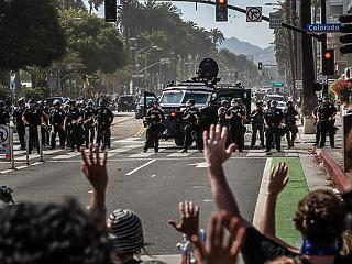 Pénzt vesz el a rendőrségtől, és az összeget szociális kiadásokra fordítja a zavargások közepette New York és Los Angeles