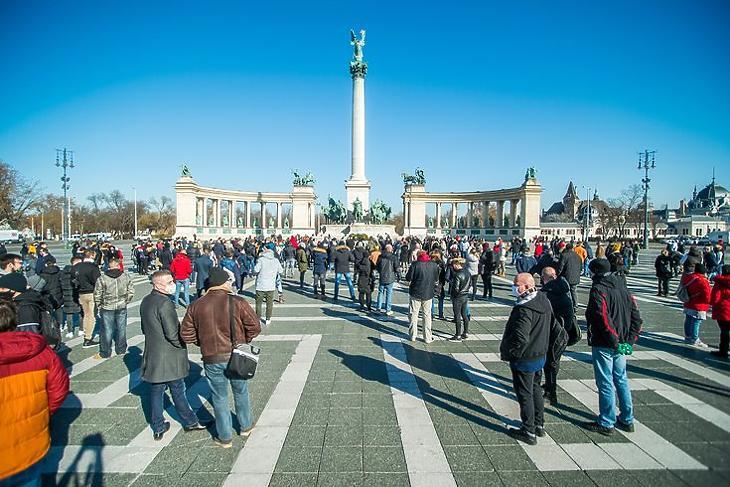 Demonstráció a vendéglátóhelyek, szálláshelyek nyitvatartásáért a Hősök terén Budapesten 2021. február 1-jén. MTI/Balogh Zoltán