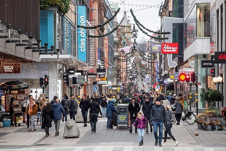 Az élet megy tovább: járókelők a Drottninggatan bevásárlóutcában Stockholm belvárosában 2020. november 10-én. EPA/Fredrik Sandberg/TT