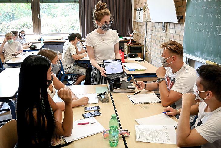 Hogyan lehet így kiejtést tanítani? Védőmaszkos angolóra egy duisburgi középiskolában 2020. augusztus 12-én. EPA/SASCHA STEINBACH