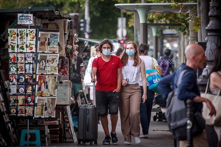 Védőmaszkot viselő járókelők egy párizsi utcán 2020. augusztus 3-án. EPA/CHRISTOPHE PETIT TESSON