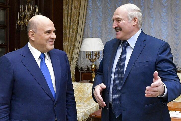 Aljakszandr Lukasenka fehérorosz elnök (j) üdvözli Mihail Misusztyin orosz miniszterelnököt Minszkben 2021. április 16-án. (Fotó: MTI/AP/Szputnyik/Alekszandr Asztafjev)