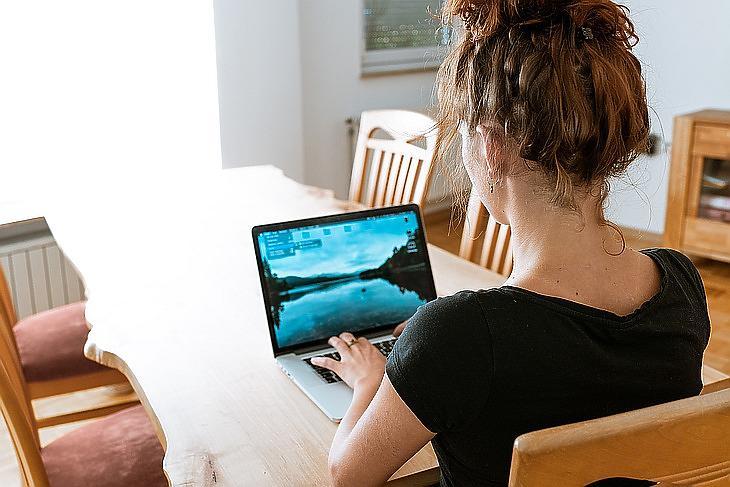 otthonról dolgozik az irodai számítógépen