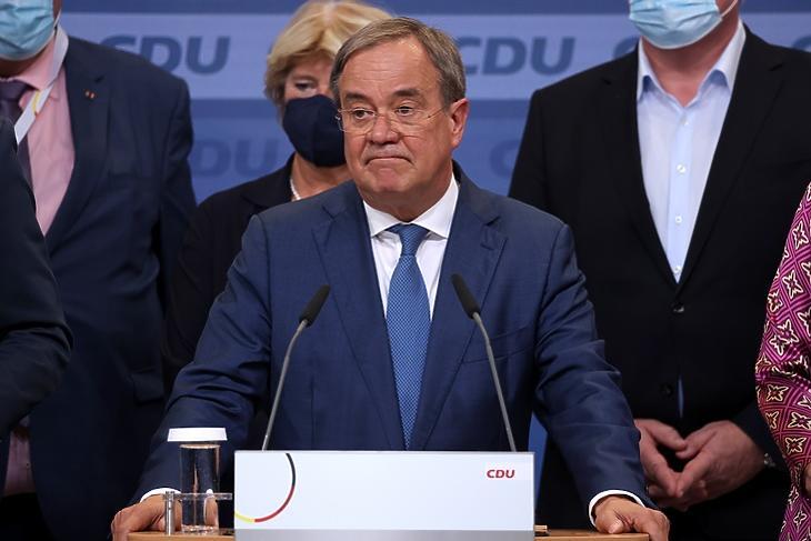 Armin Laschet, a CDU elnöke a választás éjjelén a párt berlini központjában. (EPA/SEAN GALLUP)