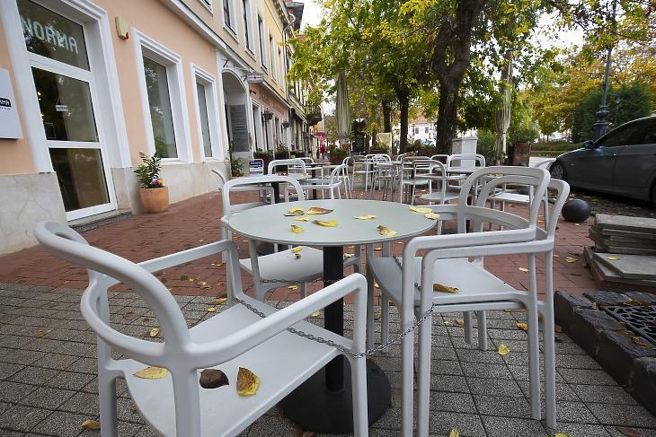 Bezárt vendéglátóhelyek üres teraszai Nagykanizsán 2020 novemberében. (Fotó: MTI/Varga György)