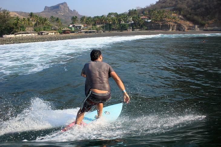 Szörföző Salvadorban (Pixabay.com)