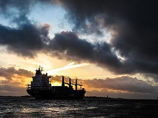 Nő a feszültség: olajtankereket támadtak meg