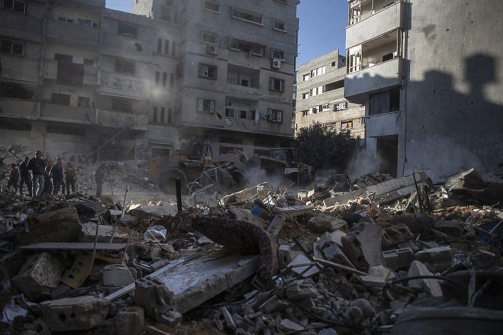 Izraeli légicsapásban megrongálódott lakóépület maradványai Gázában 2021. május 15-én. A rakéta becsapódásakor az Abu Hatab Hadidi család 10 tagja életét vesztette. MTI/AP/Halil Hamra